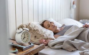 Slaba novica za vse, ki zjutraj ne vstanete ob prvem alarmu (+ nasvet za jutranjo rutino in recept za zajtrk)