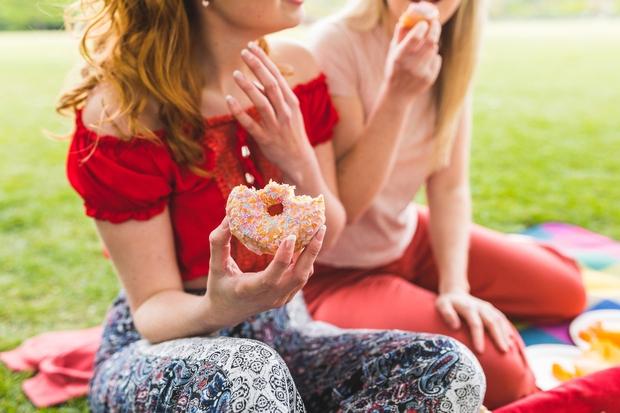 PRENAJEDANJE Če jeste prehitro, spregledate signale, ki vam sporočajo, da niste več lačni. Zato boste zaužili tudi hrano, ki jo …