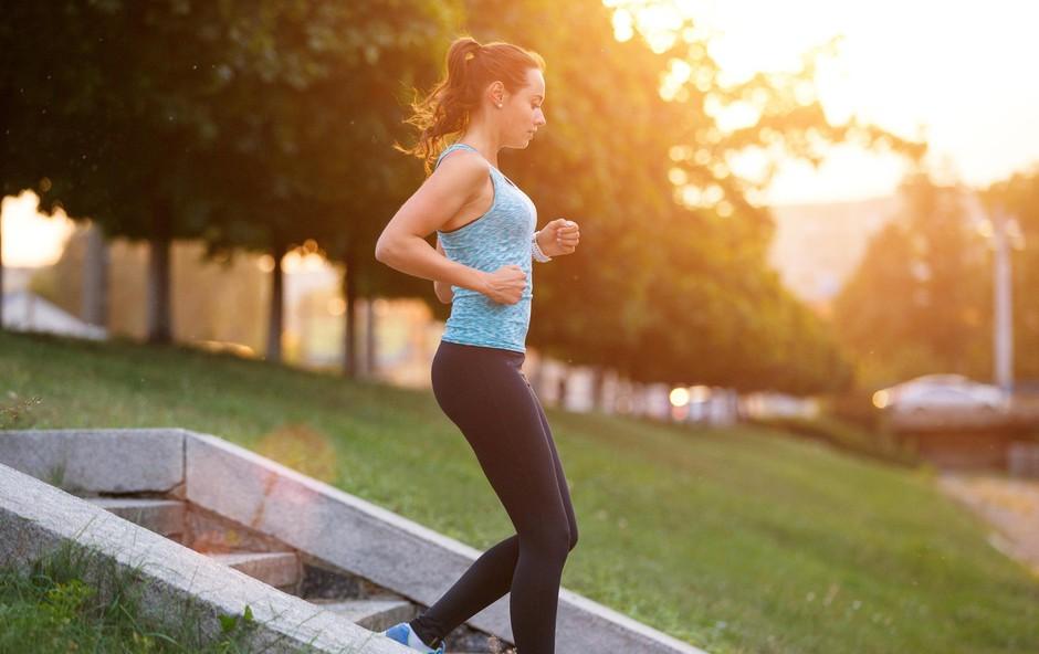 Zakaj vam poka v kolenih, kadar hodite po stopnicah navzdol? (foto: Profimedia)