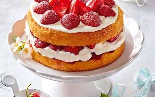Biskvitna torta z jagodami