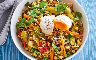 Lečina solata z rižem in poširanim jajcem