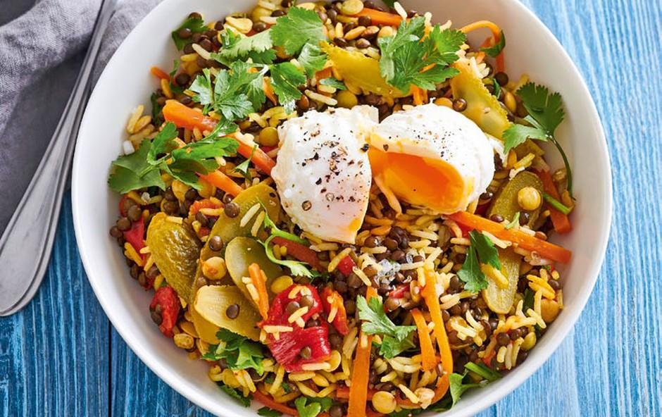 Lečina solata z rižem in poširanim jajcem (foto: Profimedia)