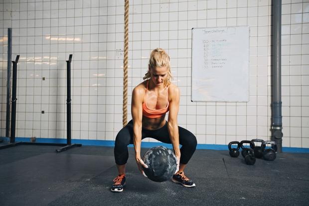 METANJE ŽOGE Postavite se vzravnano, s stopali v širini bokov. V rokah imejte medicinko (ali drugo težjo žogo) in jo …
