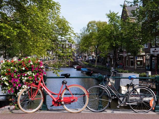 AMSTERDAM Nizozemska Evropska kolesarska prestolnica je seveda Amsterdam, kjer ima kolo kulten status in marsikje prednost pred preostalimi vozili v …