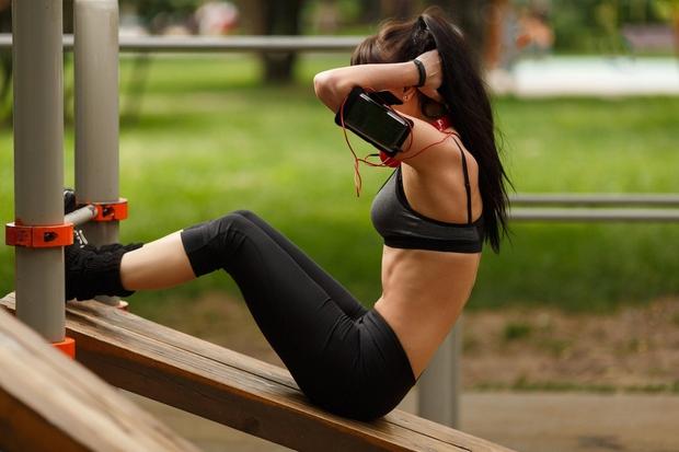 ZAKAJ (IN KAKO) SE LAHKO S KARDIO VADBO ZREDIMO? Tako je, kardio vadba lahko doda nekaj kilogramov, namesto da bi …