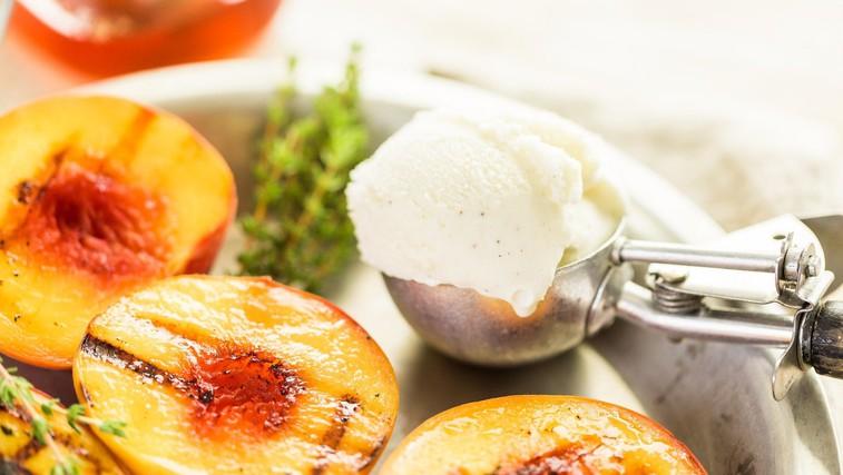 Karamelizirano sadje z domačim vaniljevim sladoledom (foto: Profimedia)