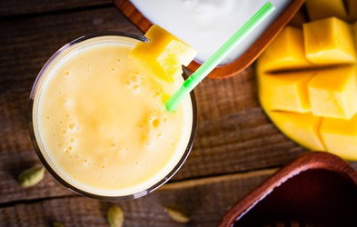 Jogurtov smuti z mangom proti aknam