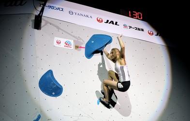 Janja Garnbret je postala še drugič zapored svetovna prvakinja v balvanskem plezanju