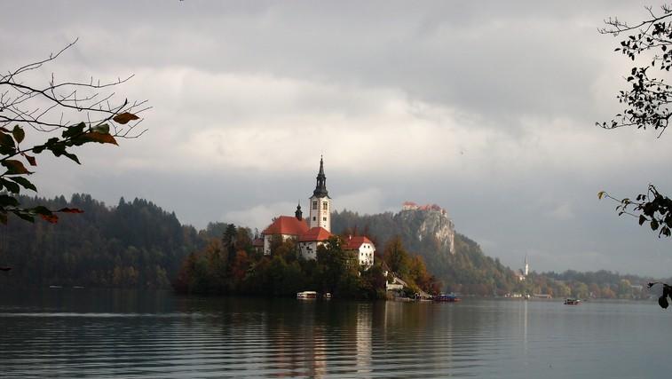 8 razlogov za sprehod okoli Blejskega jezera in legenda o njegovem nastanku (foto: DDD)
