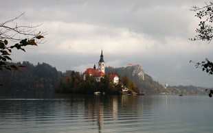 8 razlogov za sprehod okoli Blejskega jezera in legenda o njegovem nastanku