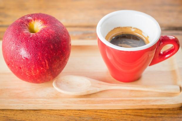 Jabolka Jabolka so sestavljena iz enostavnih ogljikovih hidratov, ki poskrbijo za hiter dvig energije. Morda eno jabolko ni enako skodelici …
